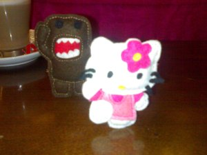 Domo kum persigue a Hello Kitty